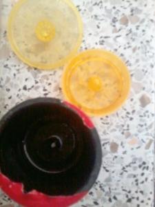 Penemuan canggih. Kapsul bisa dibongkar lalu diisi dengan bubuk kopi racikan sendiri. Ramah lingkungan. Orang Indonesia memang kreatif ;-)