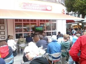 TV diletakkan di luar untuk menarik pengunjung datang